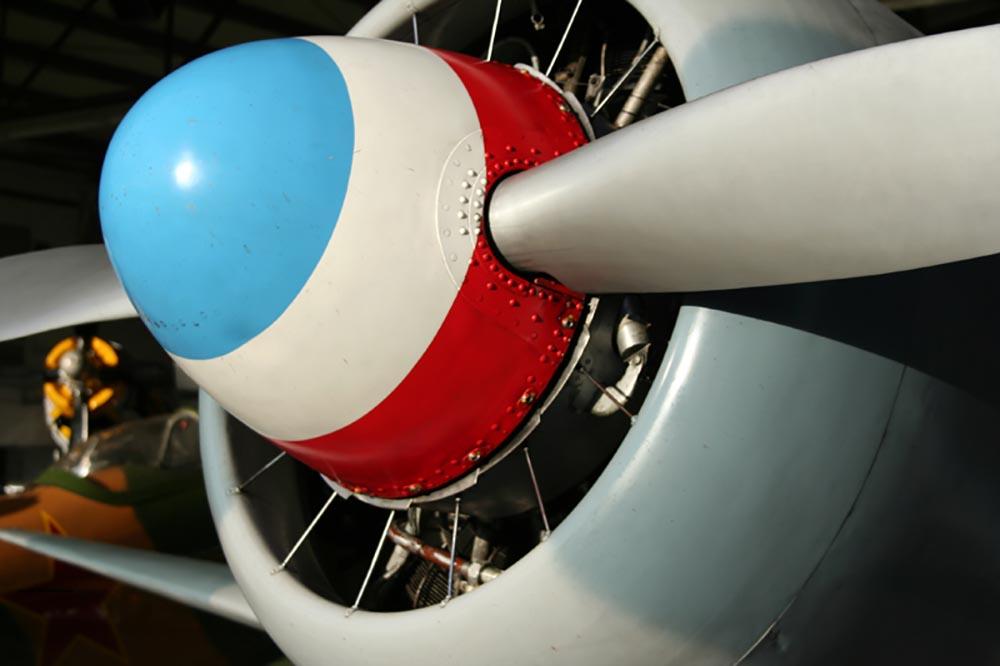 Yak-11_D-FJII_2007-09-26_12.jpg