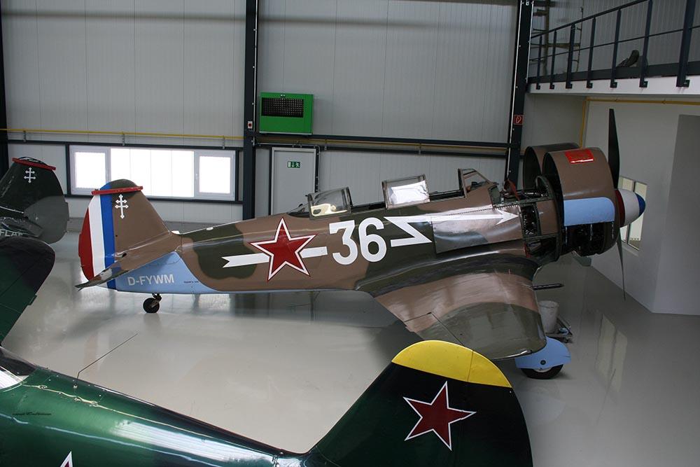 Yak-11_D-FYWM_2008-04-05_-6.jpg